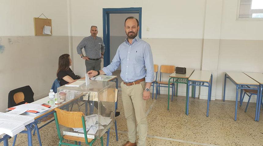 Σίγουρος για τη νίκη της Κυριακής,άσκησε το εκλογικό του δικαίωμα ο υποψ. Δήμαρχος κ. Φάνης Στάθης