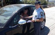Ενημερωτικά φυλλάδια με συμβουλές οδικής ασφάλειας από αστυνομικούς στη Μαγνησία