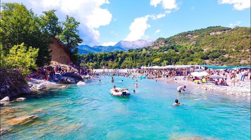 Κι όμως υπάρχει παραλία σε Ελληνικό βουνό (βίντεο)
