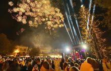 Γιορτή στα Τρίκαλα για το υψηλότερο φυσικό χριστουγεννιάτικο δέντρο