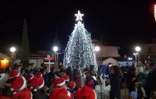 Υπό το φως των βεγγαλικών το άναμμα του Χριστουγεννιάτικου δέντρου στο Μουζάκι