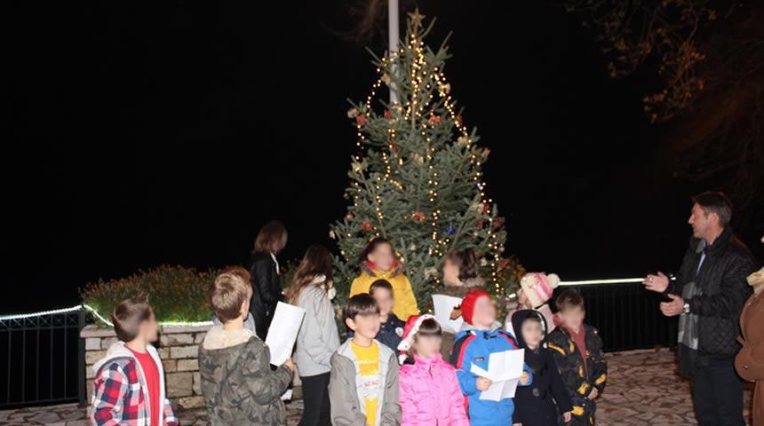 Άναψε το χριστουγεννιάτικο δέντρο στα Στουρναρέϊκα