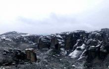 Μοναδικές εικόνες από τα χιονισμένα Μετέωρα (video)