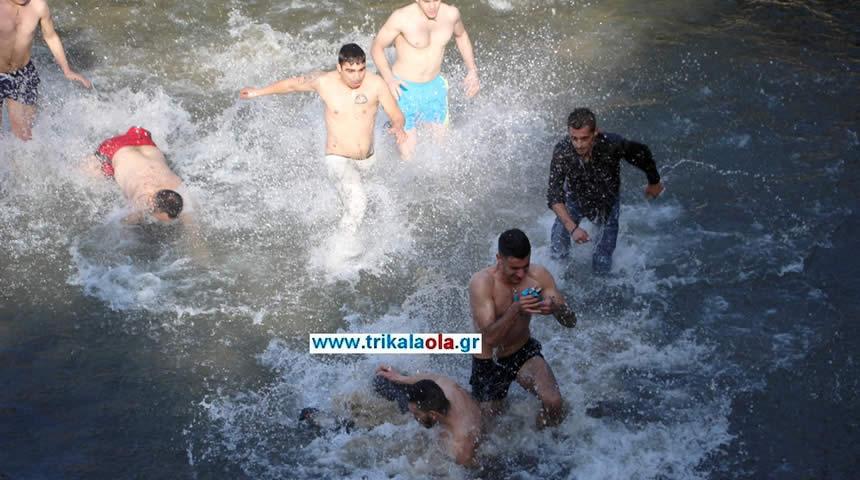 Τρίκαλα Άγια Θεοφάνεια: Βούτηξαν στα παγωμένα νερά του Ληθαίου ποταμού για το Σταυρό (βίντεο-φωτό)