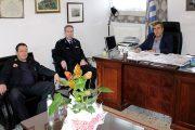 Ο Διευθυντής της Π.Υ. Ν. Τρικάλων Δ. Γαλάνης στο Δήμαρχο Πύλης Κ. Μαράβα