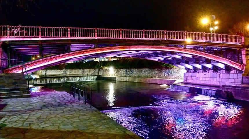 Στα μωβ ενάντια στον καρκίνο η κεντρική γέφυρα Τρικάλων