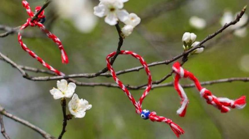 Μάρτης: Γιατί φοράμε βραχιολάκι από κόκκινη και άσπρη κλωστή