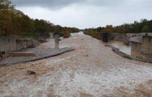 Τρίκαλα: Διακοπή κυκλοφορίας στο επαρχιακό οδικό δίκτυο από τις βροχοπτώσεις – Στα 20 εκατοστά το χιόνι στα ορεινά