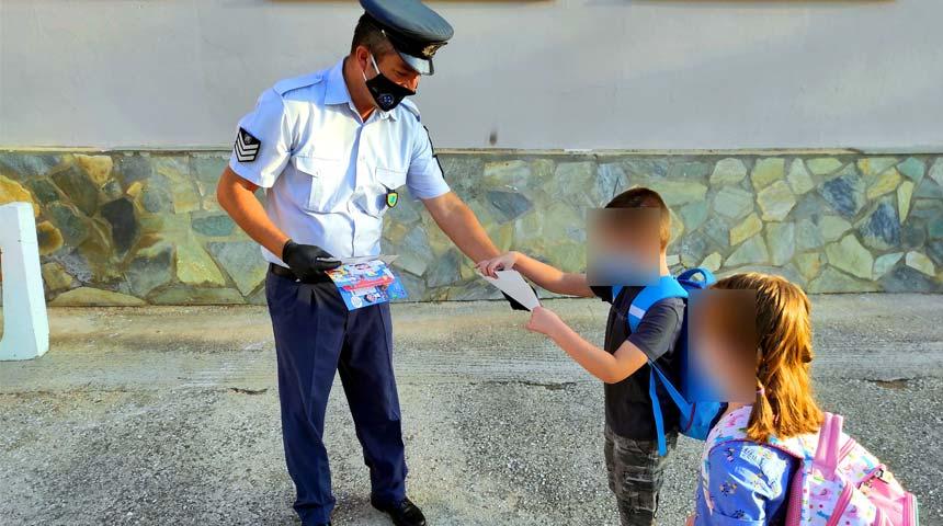 Ενημερωτικά φυλλάδια κυκλοφοριακής αγωγής διανεμήθηκαν από αστυνομικούς σε γονείς και μαθητές δημοτικών σχολείων