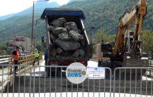 Ξεκίνησαν οι εργασίες αποκατάστασης των ζημιών στη νέα γέφυρα Μουζακίου (video)