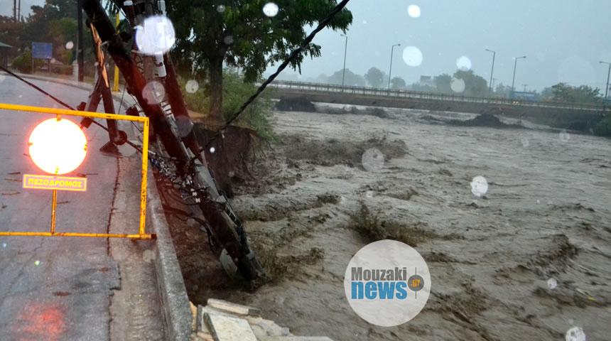 Χωρίς ρεύμα και σοβαρά προβλήματα στο Μουζάκι - Έπεσε η γέφυρα στο Πευκόφυτο (φωτο)