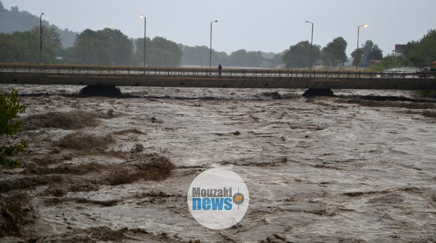 ΕΚΤΑΚΤΟ: ΙΧ έπεσε μέσα στον Πάμισο ποταμό στο Μουζάκι