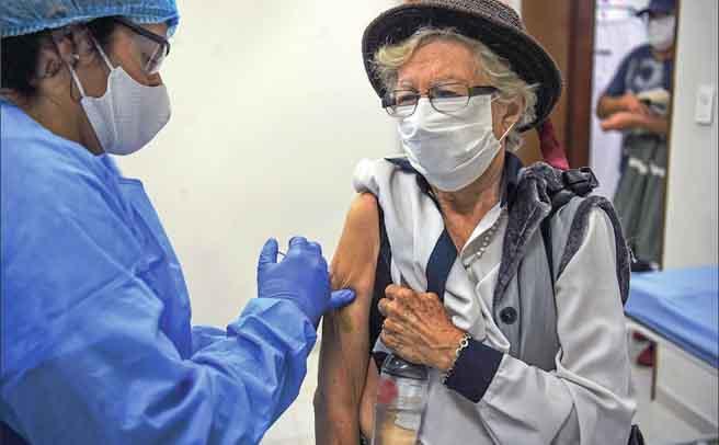 Μεταμφιέστηκαν σε γιαγιάδες για να κάνουν το εμβόλιο!