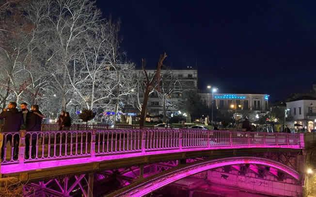 Ροζ η κεντρική γέφυρα των Τρικάλων ως μήνυμα κατά του καρκίνου