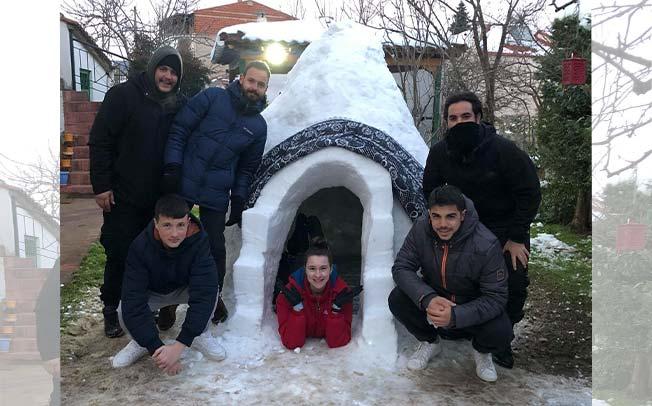 Παρέα φίλων στο Μουζάκι έφτιαξε ινγκλού από τα χιόνια της «Μήδειας» (video και φωτο)