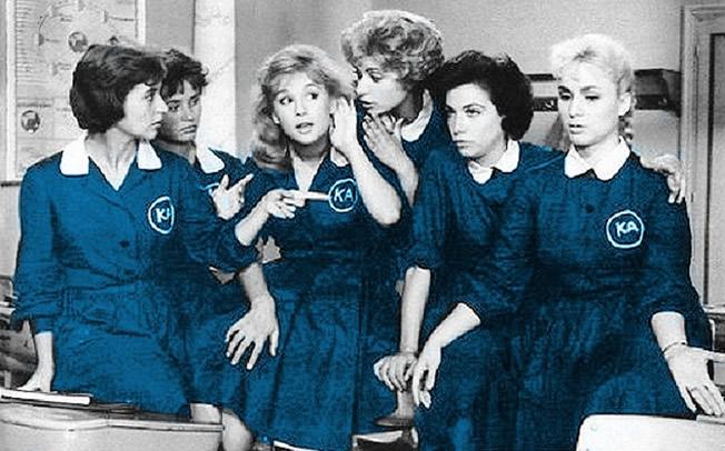 Σαν σήμερα το 1982 καταργήθηκε η μπλε ποδιά στα σχολεία